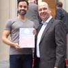 Historischer Partner und nun Ehrenkünstler: Ballettdirektor Aaron S. Watkin nimmt für die Semperoper Dresden die Ehrenurkunde entgegen!